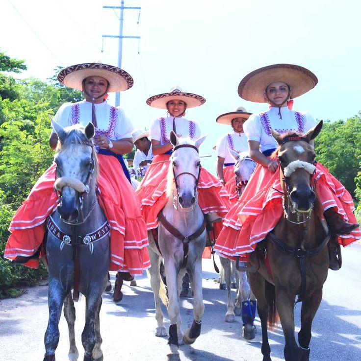 """""""Unidos, podemos mantener vivas nuestras tradiciones"""", Cristina Torres Solidaridad, Quintana Roo a 15 de julio de 2017.– """"Lo que ustedes acaban de hacer, primero, une a las familias; en segundo lugar, hace que mucha gente conozca y se sume a estas tradiciones de la feria. Es la primera vez que en el marco de esta…"""