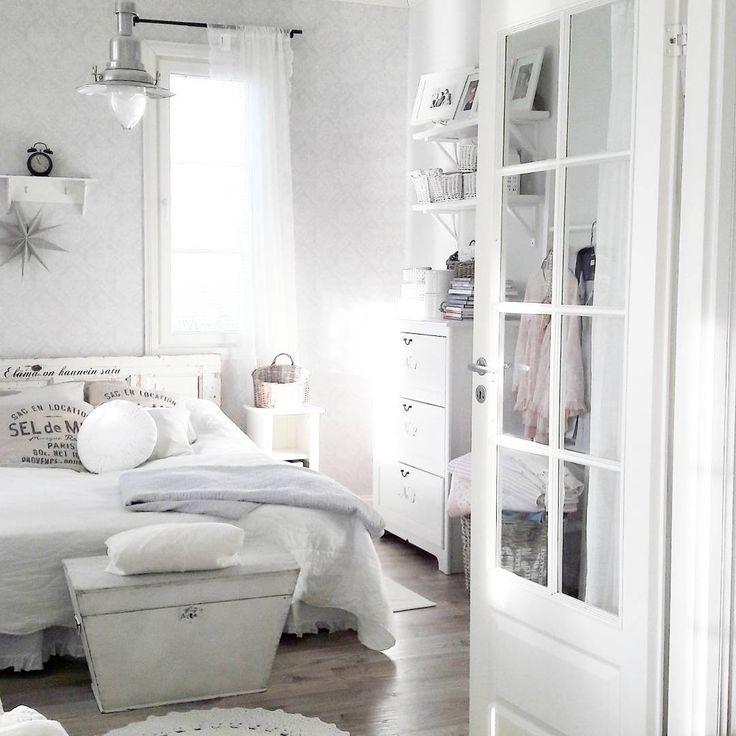 Valoa ja valkoista maalaisromanttista tunnelmaa makuuhuoneen sisustuksessa