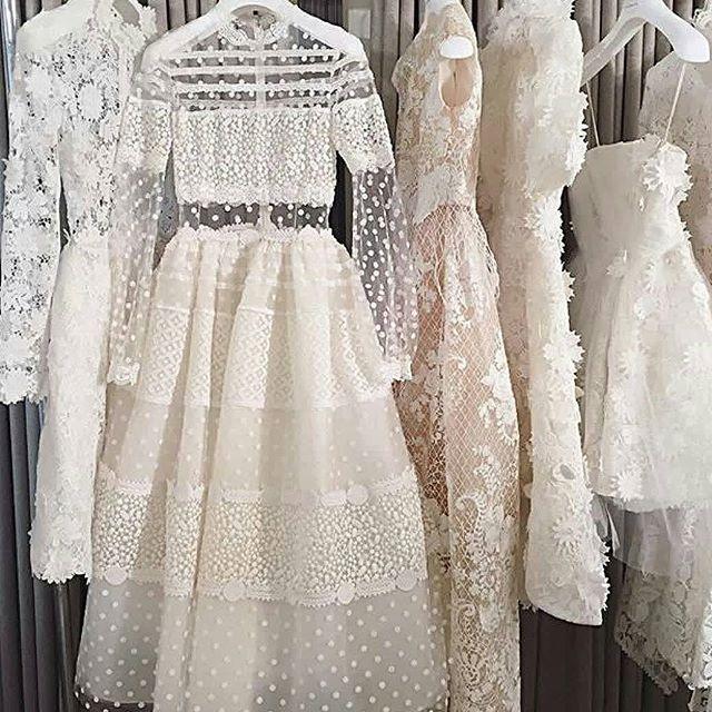 الله كأنه الفستان كيوت بزياده لطافه اللون الأبيض ححبيت الفساتين الناعمه والكياته واللطيفه يبغالها وحده نفس الصفات عشا Fashion Dresses Wedding Dresses Gowns