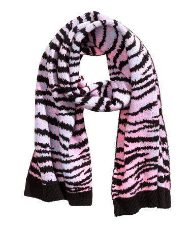 KENZO x H&M. Een jacquardgebreide sjaal scarf wol tiger print pink van zachte wol met een tijgerdessin. De sjaal heeft een ribgebreide rand aan de korte zijden. Afmetingen 50x200 cm.