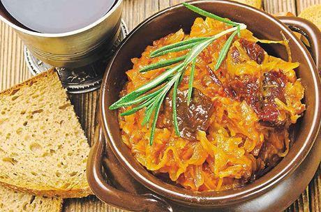 Bigos neboli polský eintopf má desítky různých variant. Některé receptury počítají s hříbky, jiné s červeným vínem nebo sušenými švestkami. Zásadně ale nesmí chybět zelí, a to jak kyselé, tak i čerstvé, a maso.  | na serveru Lidovky.cz | aktuální zprávy