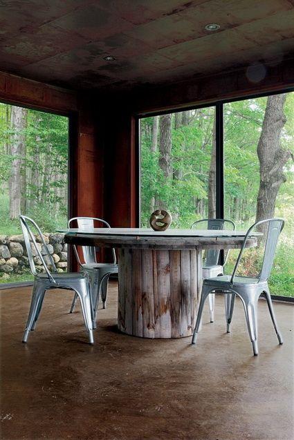 Mesas hechas con bobinas de cable recicladas