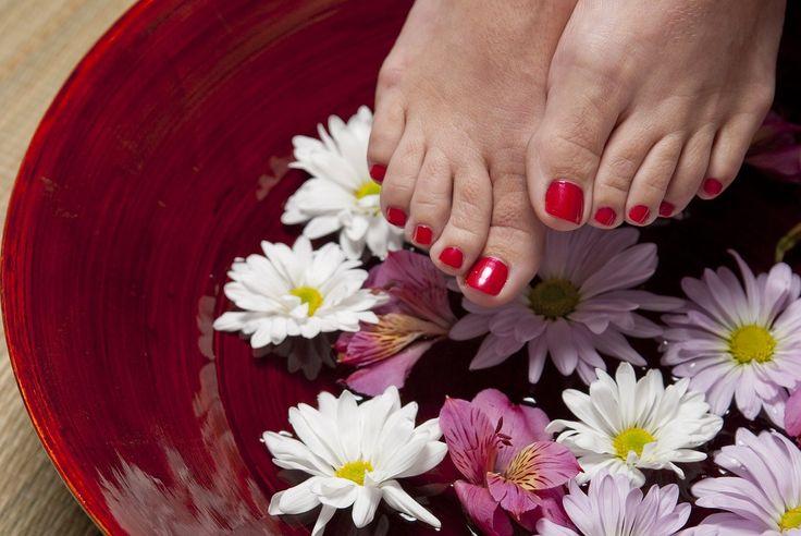 La cura delle unghie dei piedi è un aspetto fondamentale dell'igiene personale. Prendersene cura significa tagliarle con regolarità e mantenerle sa...