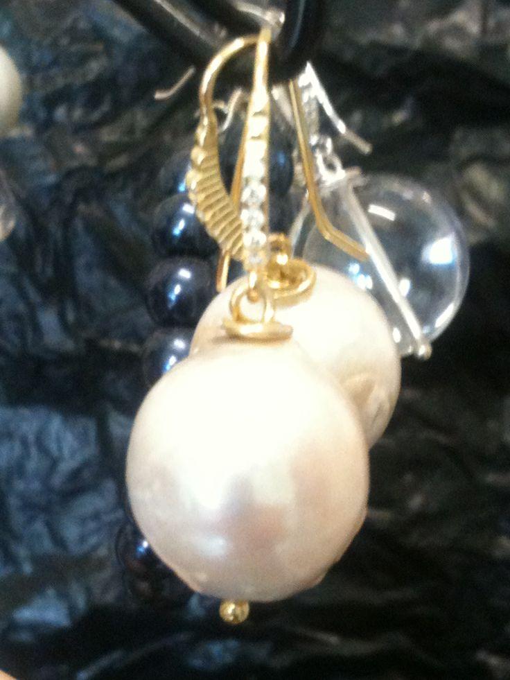 Earrings with freshwater baroque pearls. Gilded Silver 925 / ° ° °, cubic zirconia. Hand made in Italy. Pendientes con perlas barrocas de agua dulce. Oro Plata 925 / ° ° °, zirconia cúbico. Hecho a mano en Italia.