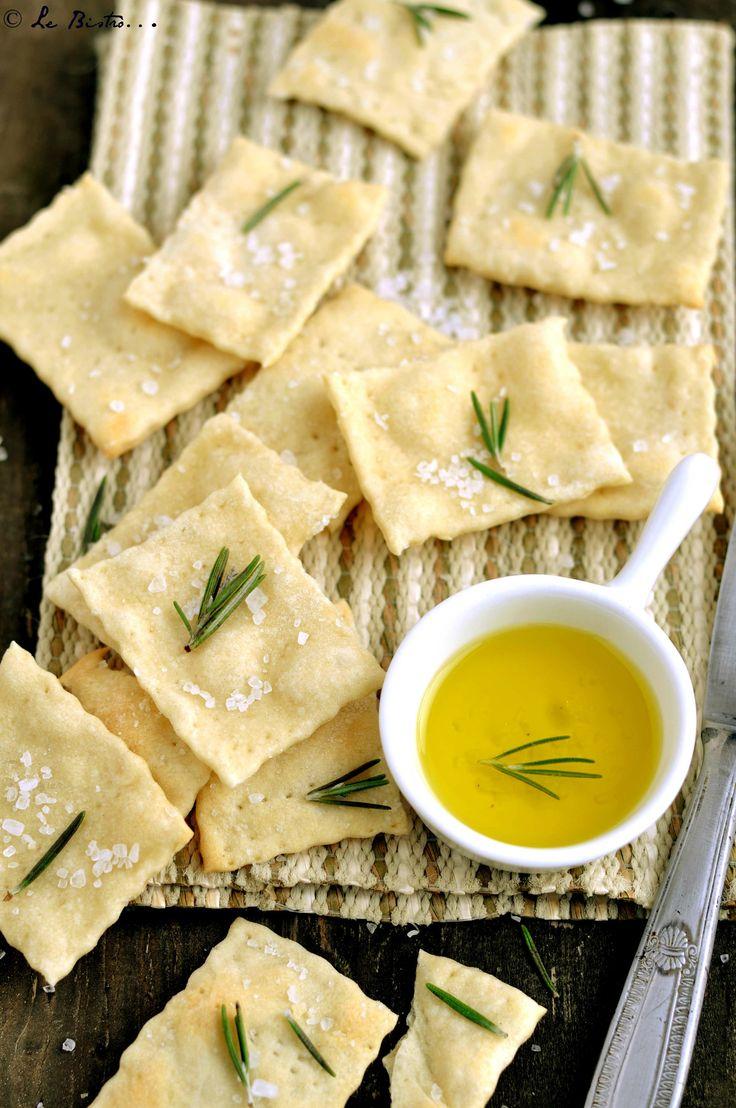 I Crackcers al rosmarino con esubero di pasta madre sono una soluzione gustosa e croccante per l'esubero di pasta madre. Buonissimi e sfiziosi.