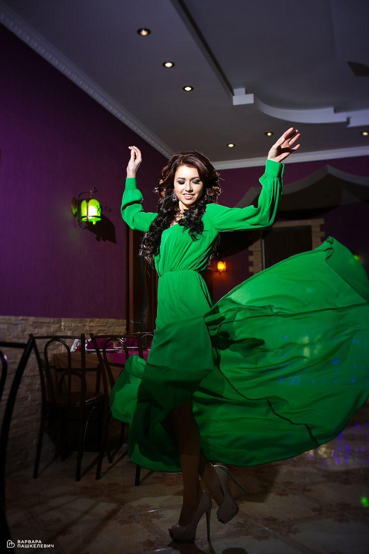 Девушка в изумрудном платье