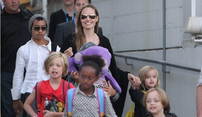 Дети Брэда Питта и Анджелины Джоли озвучили мультфильм «Кунг-фу Панда — 3» - http://russiatoday.eu/deti-breda-pitta-i-andzheliny-dzholi-ozvuchili-multfilm-kung-fu-panda-3/ По словам актрисы, сюжет третьей части оказался близок их семьеНад озвучиванием третьей части анимационного фильма «Кунг-фу Панда 3» �