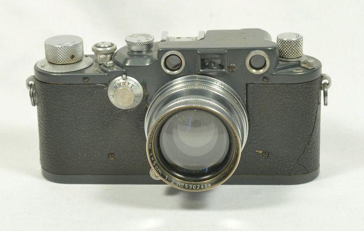 """LEICA III c """"Gris"""" modèle K  Allemagne, N° 390632 K, c. 1943  Rare Leica """"Modèle K"""" finition bleu-gris, le K signifiant """"Kugellager""""  (roulement à bille).  Ce modèle à l'origine produit pour l'armée était prévu pour résister aux  températures extrêmement basse des pays de l'est et du nord. Ainsi le  système de déclenchement et notamment le rideau était monté sur roulement à  bille afin de réduire les problèmes de déclenchement (gommage) liés à une  exposition prolongée au grand froid.  Le…"""