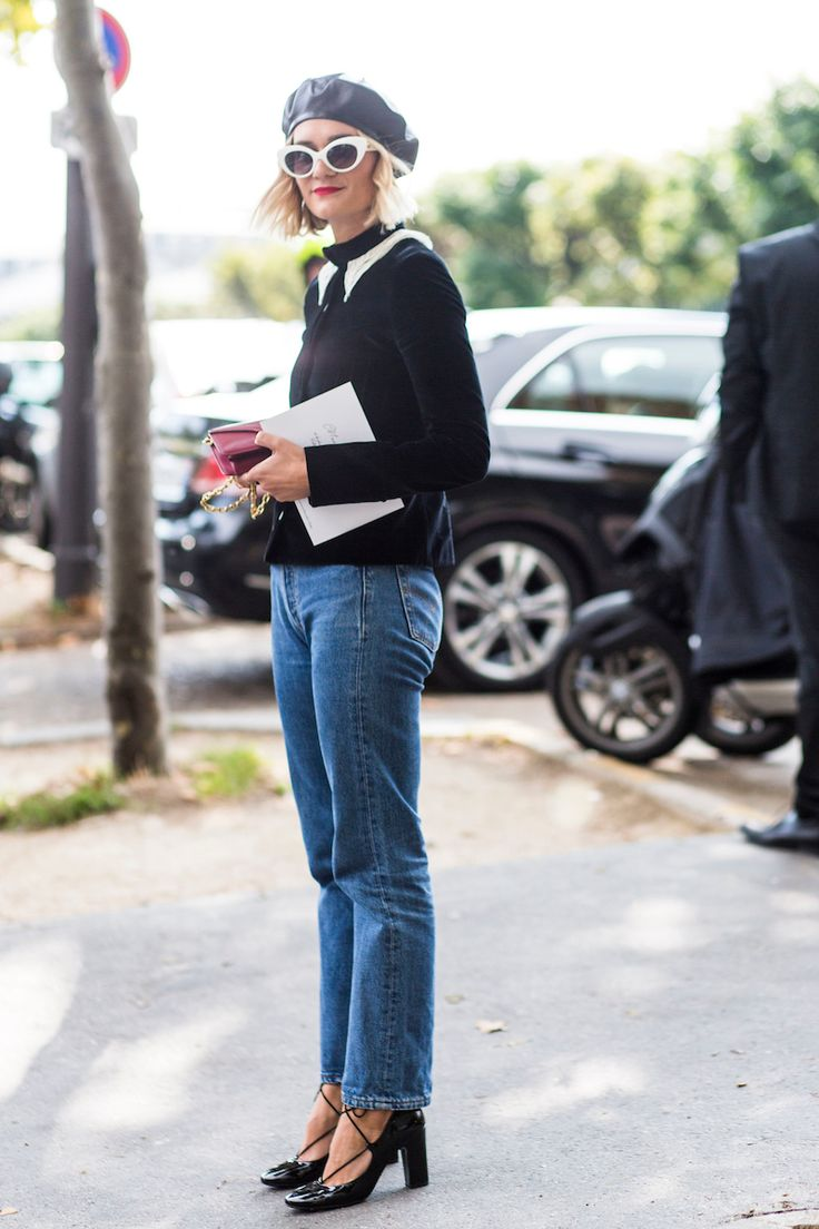 Nas ruas de Paris, fashionistas capricharam nos looks para a semana de moda, que encerrou a temporada internacional do Verão 18. São pessoas que vêm de várias partes do mundo para acompanhar os desfiles e, assim, têm gostos e estilos variados. Ainda aparecem meninas com a intenção de parar a rua, porém o que mais se viu foram ótimos looks mais calmos e comuns, com muita calça e jaqueta jeans, ou o trio jeans, camiseta branca e jaqueta; saia jeans com meia calça grossa, jeans com trench…