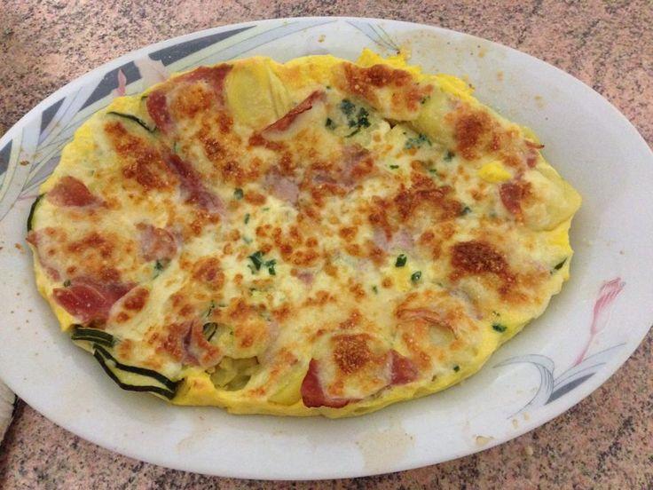 Frittata di patate Bimby a varoma, una golosa frittata con patate, zucchine, prosciutto cotto e mozzarella al vapore e gratinata in forno! Ingredienti:...