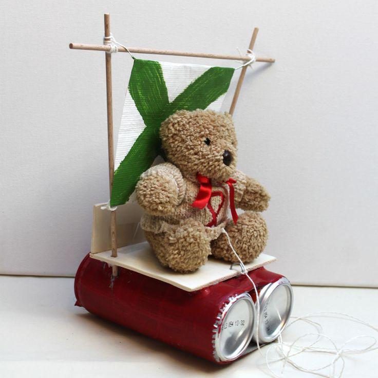 """Teddys Dosenboot  (Idee mit Anleitung – Klick auf """"Besuchen""""!) - Mit diesem originellen Boot aus Dosen kann unser Teddy alle fremden Gewässer erkunden. Mit ein wenig Geschick ist dieses Schiffchen ruck zuck gebastelt und verbreitet bestimmt viel Freude."""