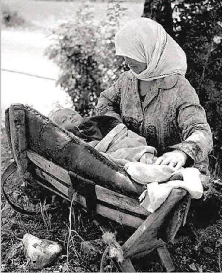 Μεσημερι, δουλεια στην υπαιθρο, για κουνια του μωρου ενα σαμαρι ! Απλα πραγματα για εναν υπνακο ! Στη ζωη δεν χρειαζονται πολλα !!