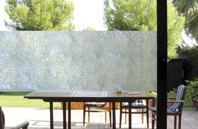 Dekorativ vindusfolie som skjermer, men ikke helt. Folie som henger helt uten lim
