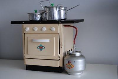 """Mini Fogão de Lata  Brinquedo antigo mini fogão de latada Marca """"Neusa"""":"""
