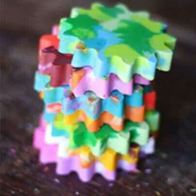 Reusar los crayones rotos o pequeños. ------》》》 Derrite los crayones en baño María; vacíalos en moldes por capas (esperando un poco para que se enfríe cada color). Y al final mete el molde al congelador por 15 minutos. Desmóldalos y listo!
