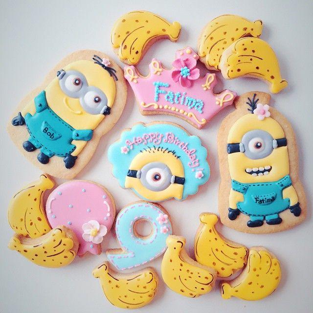 """Minions birthday set♡♡♡ """"ミニオン""""を作るキャラクターアイシングクッキーレッスンが今日で終了しました♡ 今回は遠方からの生徒様にも多数ご参加いただきまして、嬉しい限りです♡ 最後に作ったミニオンクッキーは、 お友達のバースデープレゼントに♡ 次回のキャラクターアイシングクッキーレッスンも どうぞお楽しみに! #icingcookie#icingcookies#cookie#cookies#cookieart#decoratedcookies#sugercookies#baking#royalicing#minion#minions#characters#minioncookies#birthday#happybirthday#アイシングクッキー#クッキー#曲奇#アイシングクッキーレッスン#アイシングクッキー教室#ミニオンクッキー#お菓子#ミニオン#ミニオンズ#USJ#キャラクター#誕生日#バースデー#ycsweets"""