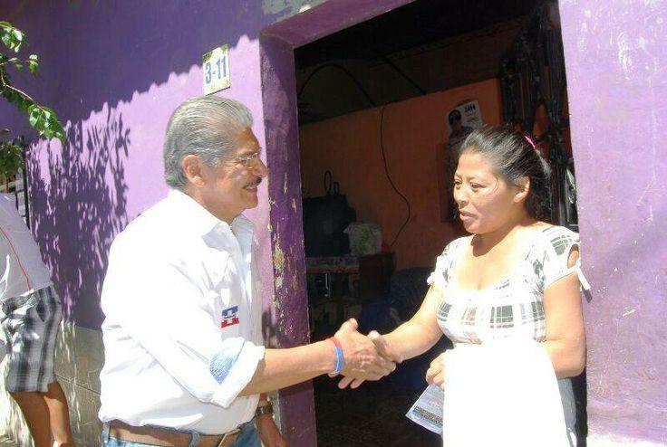 Norman Quijano, futuro presidente de El Salvador visitando a la población de Salcoatitán.