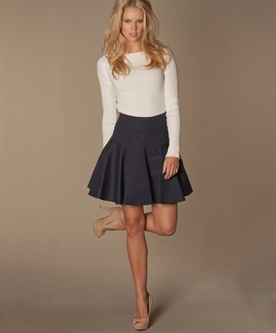 lage taille  niet: kledingstukken uit 1 stuk, taille meestal te laag. Brede riemen, korte jasjes, nauw aansluitende bovenkleding, rokken met hoge taille