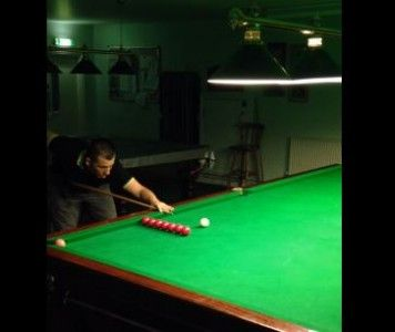 An accidental trick shot at the snooker table has turned a man into an internet sensation! Watch it here: