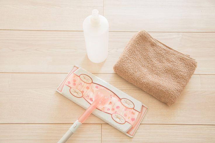 その4:お風呂やトイレなどの水回りにも効果的 image by PIXTA / 19342884 セスキ炭酸ソーダは水垢にも強いので、お風呂、トイレ、洗面所といった水回りにも力を発揮します。基本はスプレーして拭き取り。汚れがひどい場合は、水をはった浴槽などにセスキ炭酸ソーダを直接溶かしてしばらく放置するといいですよ。ぬめりにも効果があります。その5:襟元の黄ばみもスッキリ ちゃんと洗濯しているはずなのに白いワイシャツの襟元や袖口についた黄ばみ…。気になりますよね。黄ばみの原因は皮脂。そこで皮脂汚れに強いセスキ炭酸ソーダ。スプレーして馴染ませたら洗濯機にポイっと入れるだけ。これでしつこい黄ばみ汚れが落ちます。 また、タンパク質が主成分の血液汚れにも効果的。その6:エコな洗濯で時短もできる image by PIXTA / 7641253 洗濯機にスプーン一杯程度のセスキ炭酸ソーダを入れて使います。汚れ落ちが気になる場合は、数時間浸け置きしてから洗濯するといいですよ。洗濯機を回す時間も短く、すすぎも1回で十分。水道代や電気代の節約にもなってエコにも時短にもなります...