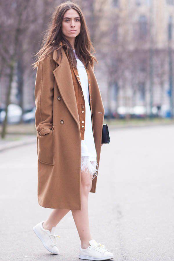 In dieser Saison ein echt beliebtes Teil: Der Camel-Coat. Auch wir sind Fans und mögen die Kombination des Mantels mit einem leichten Kleid darunter und flachen Sneakern. Platz sieben!