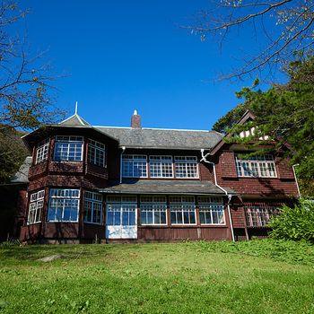 鎌倉駅から徒歩5分、扇ガ谷の森の中に佇む築100年の大邸宅です。