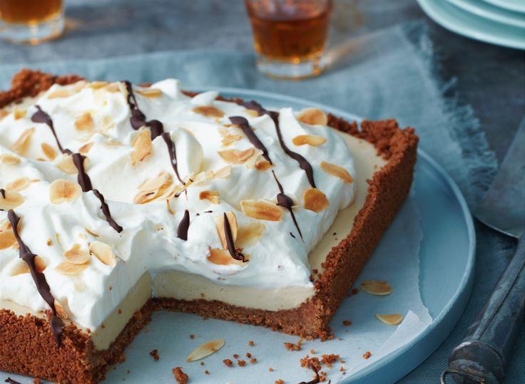 Voor de allergrootste fans van de Italiaanse amandellikeur: amarettotaart! Easy om te maken, maar hij moet wel 2 uur opstijven in de koeling. De bodem maak je van amaretti: brosse koekjes uit Lombardi