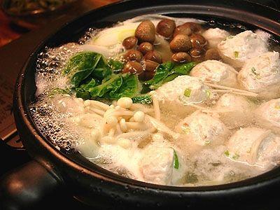 鶏のつくね鍋    鶏つくねの材料は、sakiさんのを参考に♪  たっぷりのネギ、しょうが、豆腐、卵、醤油、塩、ごま油、少量のKamut粉(小麦粉系)、豆乳を入れて、やわらかめのお団子に♪