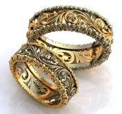 Резные золотые обручальные кольца на заказ с объемным орнаментом и бриллиантами