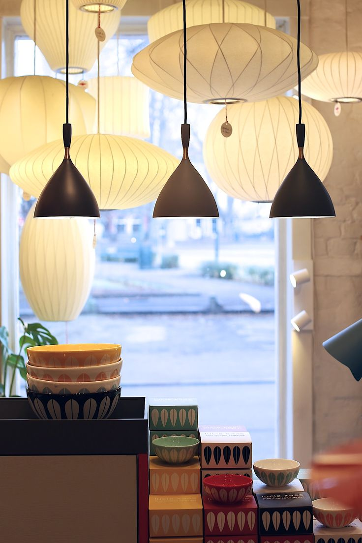 Dokka av Birger Dahl fra Northern Lighting, Bubble lamps av George Nelson, Lotus boller fra Lucie Kaas hos Futura Classics
