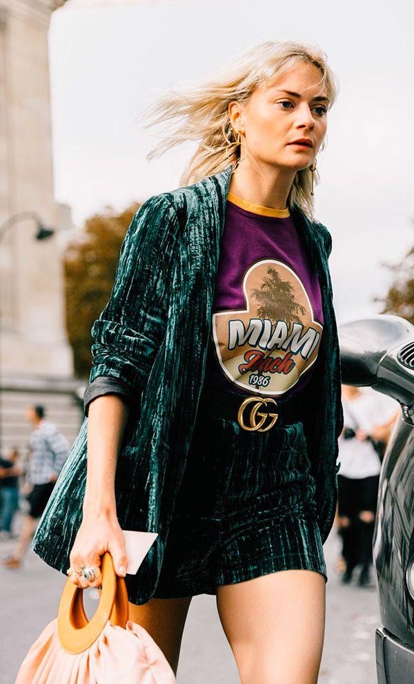 pandora sykes, blazer e minissaia de veludo verde, camiseta roxa com logo, street style, fashion week