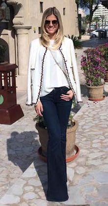 jeans flare, blusa de seda e casaqueto de tweed
