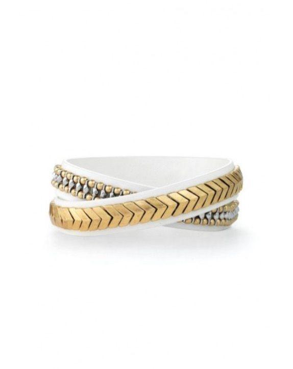 BRACELET 2 TOURS CHEVRON DORÉ Stella&dot  Magnifique et luxueux bracelet 2 tours en cuir véritable sur lequel sont brodés à la main des flèches dorées semi-brillantes et des motifs composés d'un mélange de métaux. Ce bracelet est superbe porté seul ou superposé à d'autres styles.   S'ajuste aux poignets de petite à grande taille Bouton pression en laiton