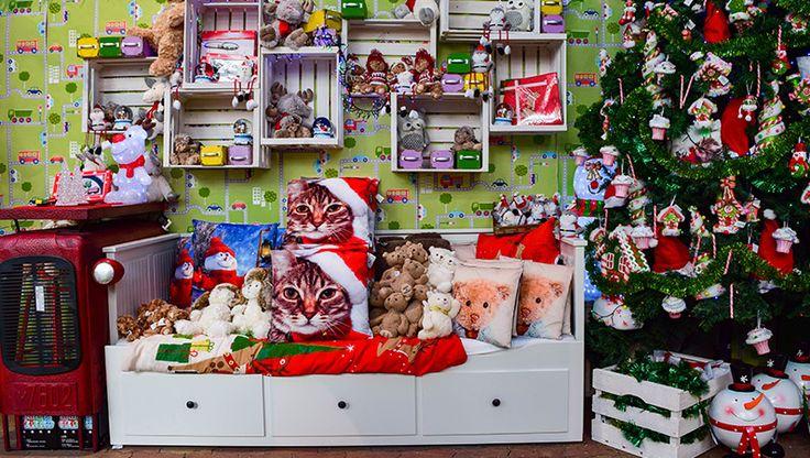 Juhu, bald ist Weihnachten! Wer freut sich am meisten auf Weihnachten? Na klar, unsere kleinen Weihnachtskinder! Schon Wochen bevor wir überhaupt an Weihnachten denken, toben die Kinder und können an nichts anderes mehr denken und von nichts anderem mehr sprechen als vom Weihnachtsmann, Weihnachten und den vielen Geschenken, die sie sich so sehr wünschen. Wir wandeln hier die klassische Farbigkeit mit den Hauptfarben Wintergrün, Weihnachtsrot und Weiß ein wenig ab und schmücken unser…