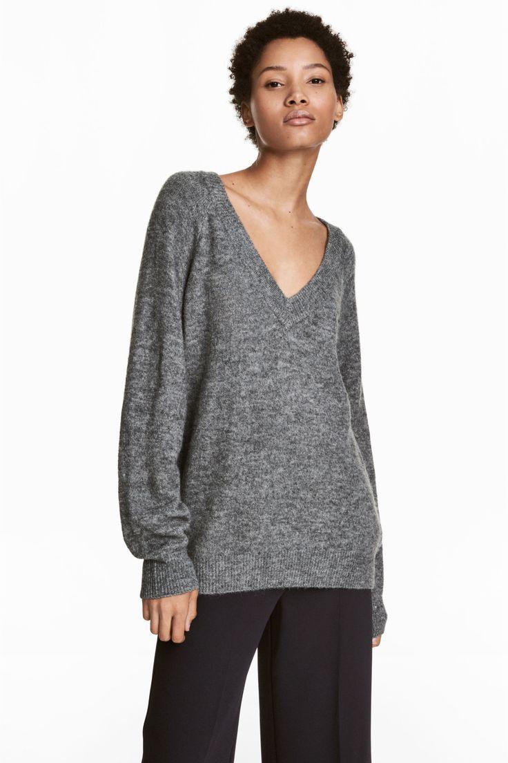 Camisola decote em v (cinzento): H&M (24,99€) ✓