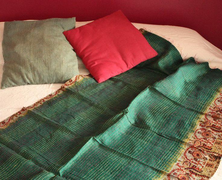 Kantha - tessuto tradizionale trapuntato in seta doublefaces verde smeraldo e avorio http://diwalistore.it/tessuti-arredamento-etnico/telo-doublefaces-trapuntato-verde-avorio.html
