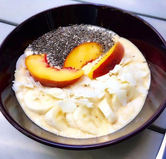 Peach bowl: In a blender mix: 1 cup coconut water, 2 scoop plant based protein, 1 peeled peach, 1 tbsp almonds, 1 tbsp unsweetened coconut, top it with coconut, banana, peach and chia! ------ Bowl de duraznos! Mezclas en la licuadora: 1 taza de agua de coco, 1 cucharada de proteína de vainilla orgánica, 1 durazno sin cáscara, 1 cucharada de almendras y una cucharada de coco rallado sin dulce… Para decorar le pones encima: coco, banano, durazno y chía!