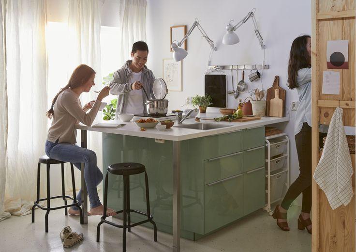 RÅSKOG kruk   IKEAcatalogus nieuw 2018 IKEA IKEAnl IKEAnederland METOD keuken kookeiland koken eten inspiratie wooninspiratie interieur wooninterieur groen kruk zwart TILLREDA draagbare inductiekookplaat OUMBÄRLIG pan met deksel aanrecht