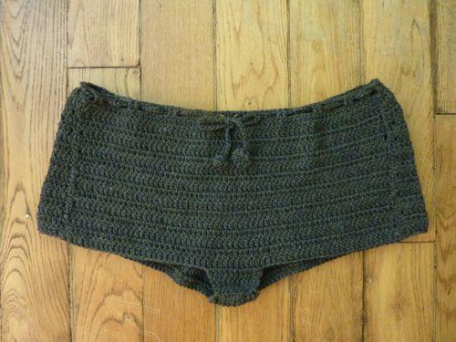 まりちゃんにパンツを編んだので、自分にも一つ編んでみようと思い立つ。 私は生理痛が重く、寒い冬にはことさらつらい。いつも貼れるタイプのホカロンを日本から...