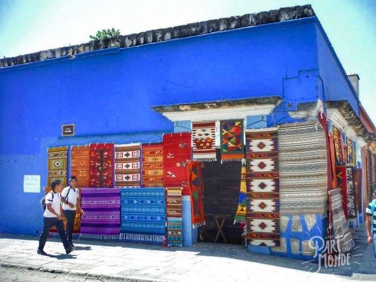 Mur coloré de Oaxaca. Découvrez Oaxaca, une ville emblématique pour ses nombreuses spécialités gastronomiques et son ambiance unique. Un Mexique authentique qui nous a conquis !