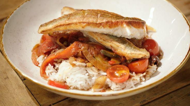 Een overheerlijke gebakken rode poon met zuiderse groenten en rijst, die maak je met dit recept. Smakelijk!