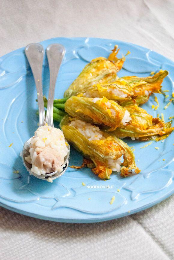 Fiori di zucca al forno ripieni di risotto agli agrumi e tonno: un finger food davvero originale e saporito, elegante ma sfizioso! Da mangiare con gli occhi