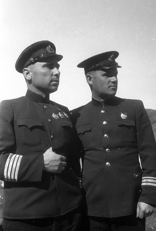 El comandante del submarino K-21 Capitán segundo Rango NA  Lunin y el Capitán de Corbeta SA  Lisov