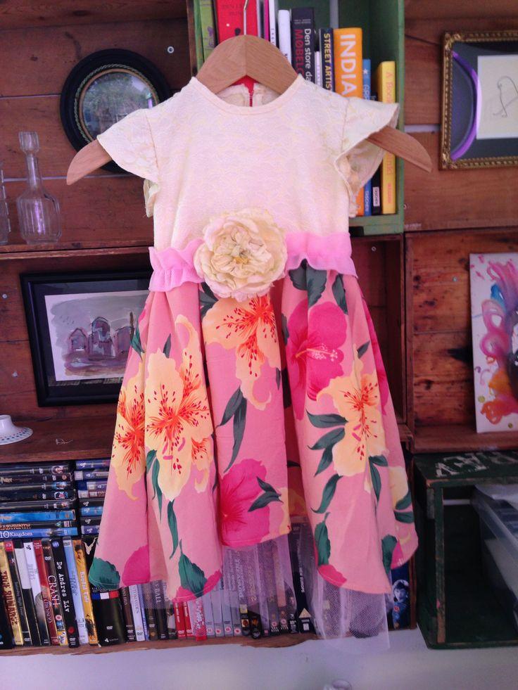 Fest kjole lavet i genbrugs stof samt lidt tyl