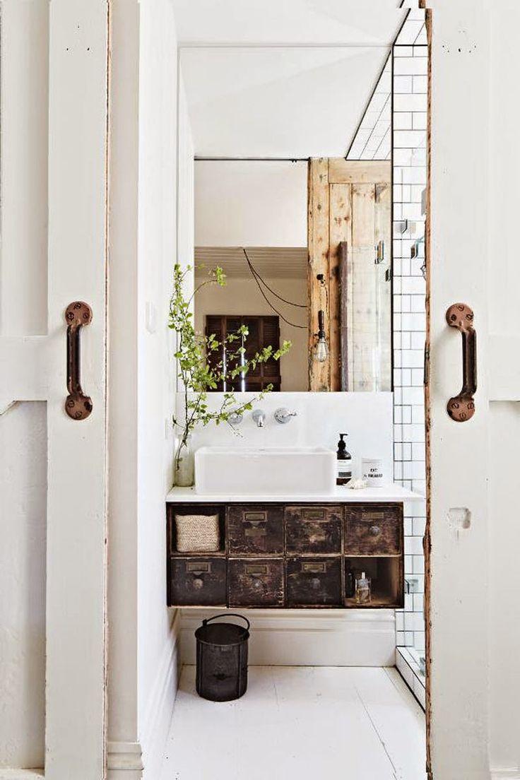 Une salle de bains avec casiers en métal anciens pour une touche vintage