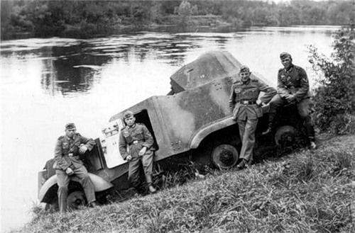 German soldiers pose with a French AAC-1937 - one of the few to actually see combat with France. Possibly in original Republican colors.