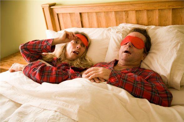 Asla burnunuz tıkalı uyumayın. Sinüzit gibi hava yolu rahatsızlıkları ve burun tıkanmasına neden olan diğer durumlar geceleri ağızdan nefes almamıza neden olur. Bu durum ağzı ve boğazı kurutarak bakterilerin üremesi için ideal bir ortam oluşturur. Azalan tükürük salgısı durumu daha kötü hale getirir. Bu nedenle kesinlikle burnunuz tıkalı uyumamalısınız.