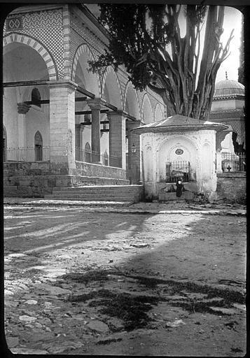 Bursa ; Brousse; Mosquée Muradiye  Fontaine dans le jardin de la mosquée PhotographeRoy, Lucien (architecte) Date prise vue 1908