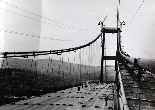 20 Şubat 1970 yılında temeli atılan köprünün ayaklarının dikilmesinden, ayaklar arasında çekilen halatlar ve çalışan işçilere kadar, boğazdaki ilk köprünün fotoğrafları Karayolları Genel Müdürlüğü için hazırlanan arşivde bulunuyor.