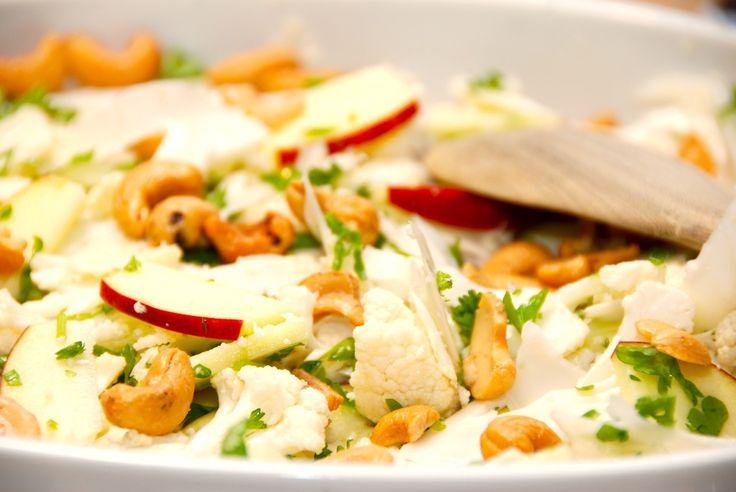 Prøv salat med rå blomkål, der snittes i helt tynde stykker, og blandes med æbler, cashewnødder og friskhakket persille. En god salat. Salat med rå blomkål er en fremragende måde at bruge blomkålen…
